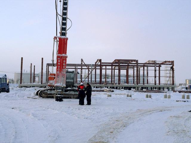 Одновременно, специалистами строительной компании выполнено порядка 70% работ по монтажу металлоконструкций складов..